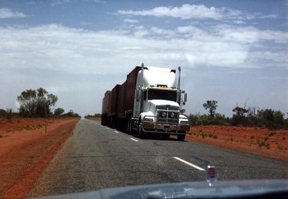 Disse kæmpe lastvognstog kører samme hastighed som dig selv og